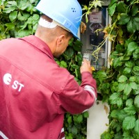 Sadales tīkls AS OIB employee checks a user's electrical device
